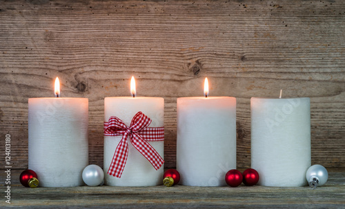 3 advent dekoration kerzen weihnachtskugeln imagens e fotos de stock royalty free no fotolia - Dekoration advent ...