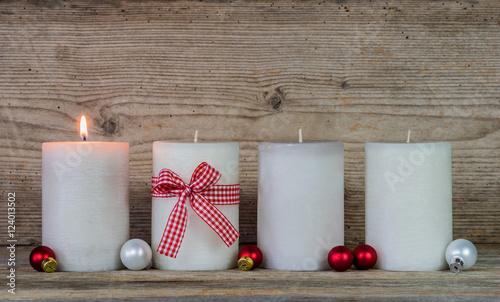 1 Advent Dekoration Kerzen Weihnachtskugeln Stockfotos