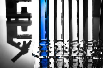 Pharmazeutische Forschung, Laborgeräte mit Spiegelung