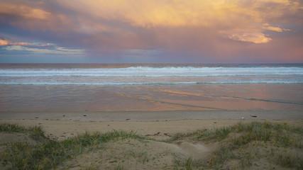 Abenddämmerung nach Regentag am Pambula Beach in New South Wales, Australien