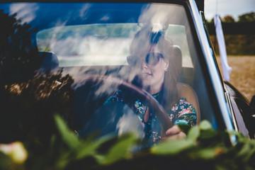 Sixties Flower Power Girl In The Car | Retro Hippie Mädchen Frau sitzt in Oldtimer