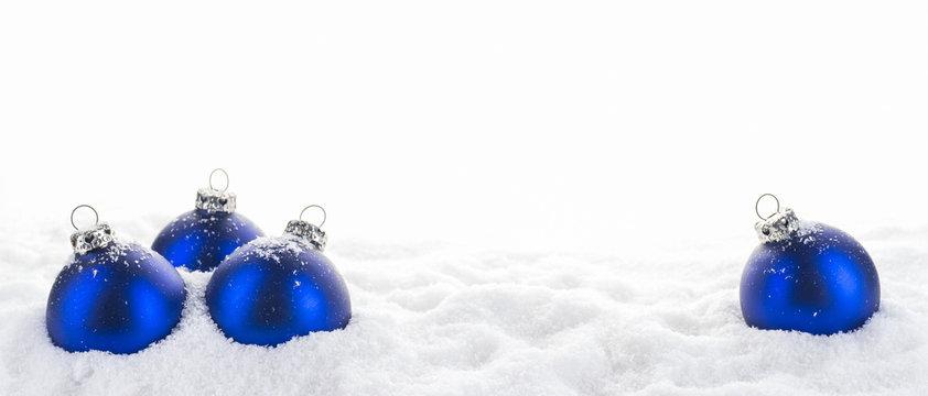 Blaue Weihnachtskugeln im Schnee, Panorama