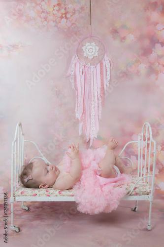 Jolie Petite Fille Allongee Sur Un Petit Lit Stock Photo And