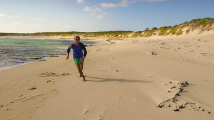 Backpacker an einem Strand in Port MacDonnell, South Australia