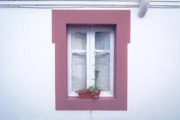 Finestra su una parete bianca. Atmosfera vintage