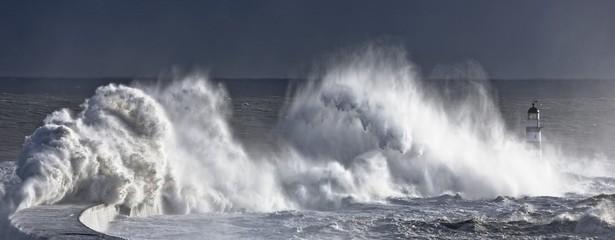 Photo sur Aluminium Eau Waves crashing on lighthouse, Seaham, Teesside, England, UK