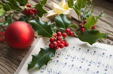Sehr altes, handgeschriebenes Notenblatt mit roter Weihnachtskugel, Ilex Zweig und Weihnachtsstern, Weihnachten, xmas