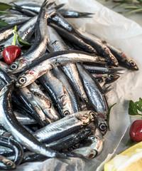 acciughe fresche, ingrediente tipico della cucina italiana, vista dall'alato taglio ravvicinato