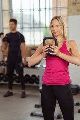 training mit gewichten im fitnessstudio