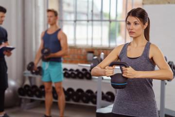 sportler trainieren mit gewichten im studio