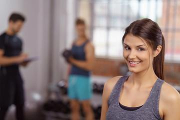 sympathische frau beim training im fitnessstudio