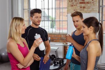 sportler machen eine pause beim training und unterhalten sich