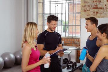 trainer spricht mit einer gruppe sportler im club