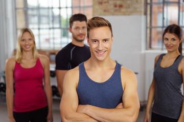 lächelndes team im fitness-club