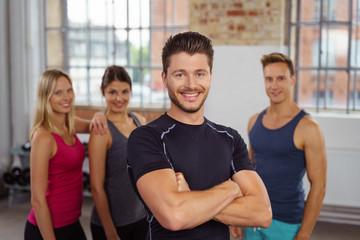 zufriedener sportler im fitnessstudio