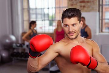 mann trainiert mit boxhandschuhen in einem club