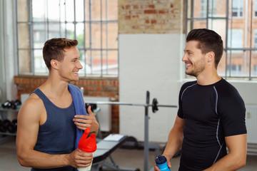 männer machen eine pause beim fitnesstraining und reden