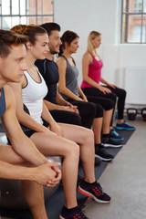 männer und frauen im fitness-kurs