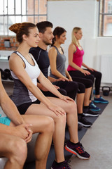gruppe beim fitness-kurs im studio