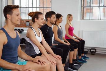 männer und frauen in einem kurs im fitness-club
