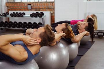 sportler machen sit-ups auf gymnastikbällen