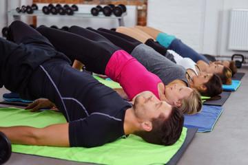 männer und frauen trainieren zusammen im fitness-studio