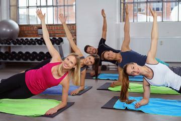sportliche gruppe trainiert im studio