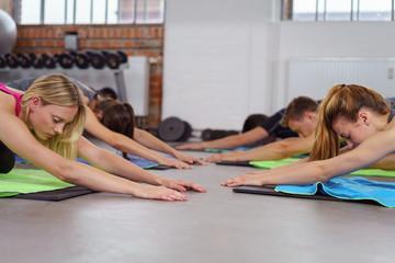 gruppe praktiziert yoga im studio