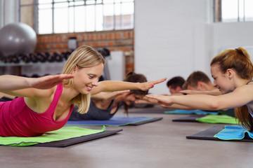 gruppe trainiert zusammen im fitnessstudio