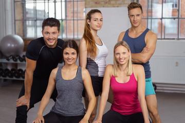 sportliches team im fitness-studio