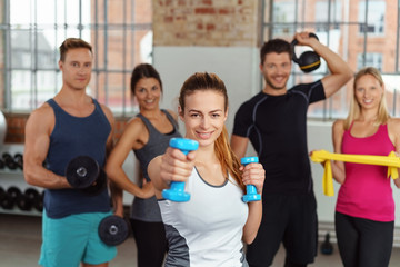 sportler im fitness-studio trainieren mit verschiedenen geräten