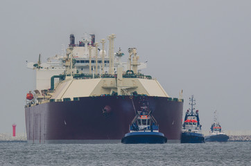LNG TANKER AND TUGS