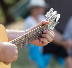 hand man playing the guitar