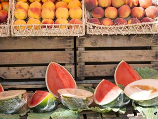 Melones, sandías y melocotones en una frutería