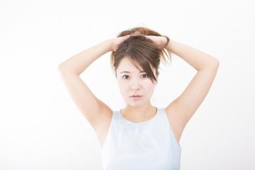 ポートレート 女性 髪をかきあげる 立つ 室内 カメラ目線 ノースリーブ