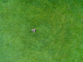 Mann lenkt Drohne mit Fernsteuerung und schaut nach oben