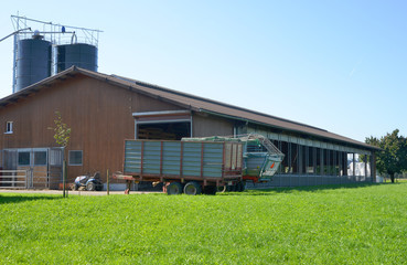 Bauernhof mit Silo und Stall