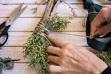 Christmas: Creating a wooden wreath with branches pine