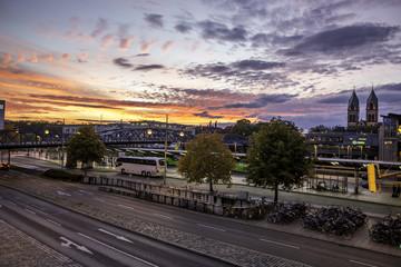 Herbstlicher Sonnenuntergang am Bahnhof in Freiburg im Breisgau