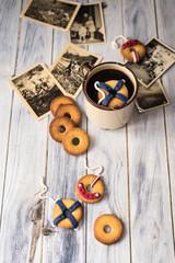 biscotti decorati come salvagenti da nave, uno galleggia in una tazza. Immagine vintage con vecchie fotografie ingiallite dal tempo