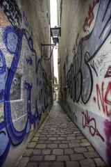 Graffiti: Enge Gasse in Freiburg im Breisgau