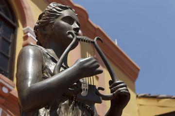 Estatua de mujer en las afueras del teatro jose de la cruz mena en la ciudad de leon nicaragua