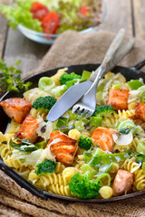 Nudeln mit Lachs und Sahne-Lauchsoße, mit frisch gehobeltem Merrettich in der Eisenpfanne serviert - Pasta with fried salmon, horseradish and a sauce of cream and leek served in an iron frying pan