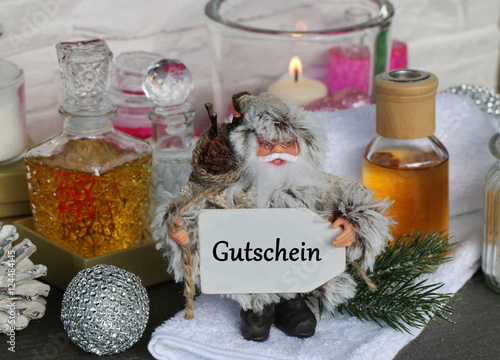 wellnessgutschein zu weihnachten schenken stockfotos und. Black Bedroom Furniture Sets. Home Design Ideas