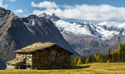 Baita in montagna - Autunno e cime innevate (Valmalenco)