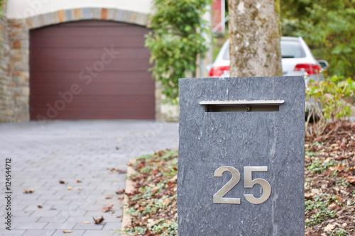 mein haus mein auto meine familie gepflasterte einfahrt mit briefkasten hausnummer 25. Black Bedroom Furniture Sets. Home Design Ideas
