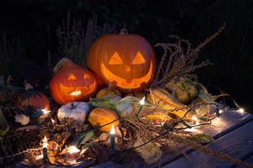 Herbstliche Kürbisse mit Lichtern und Gemüse
