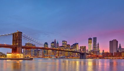 Fotomurales - Brooklyn bridge and Manhattan at dusk, New York City