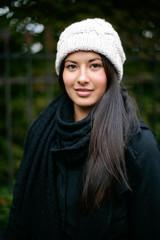junge Frau im dunklen Herbst unterwegs