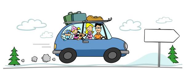 Familie im Auto reist in Winterurlaub